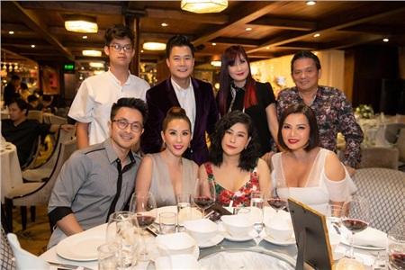 Hoa hậu Thu Hoài diện đầm đắt đỏ, gợi cảm đến chúc mừng sinh nhật ca sĩ Quang Dũng 5