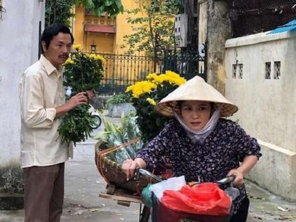 Hình ảnh người phụ nữ đội nón lá, chở gánh hàng hoa trên phố đã đisâu vào tiềm thức của khán giả Về nhà đi con