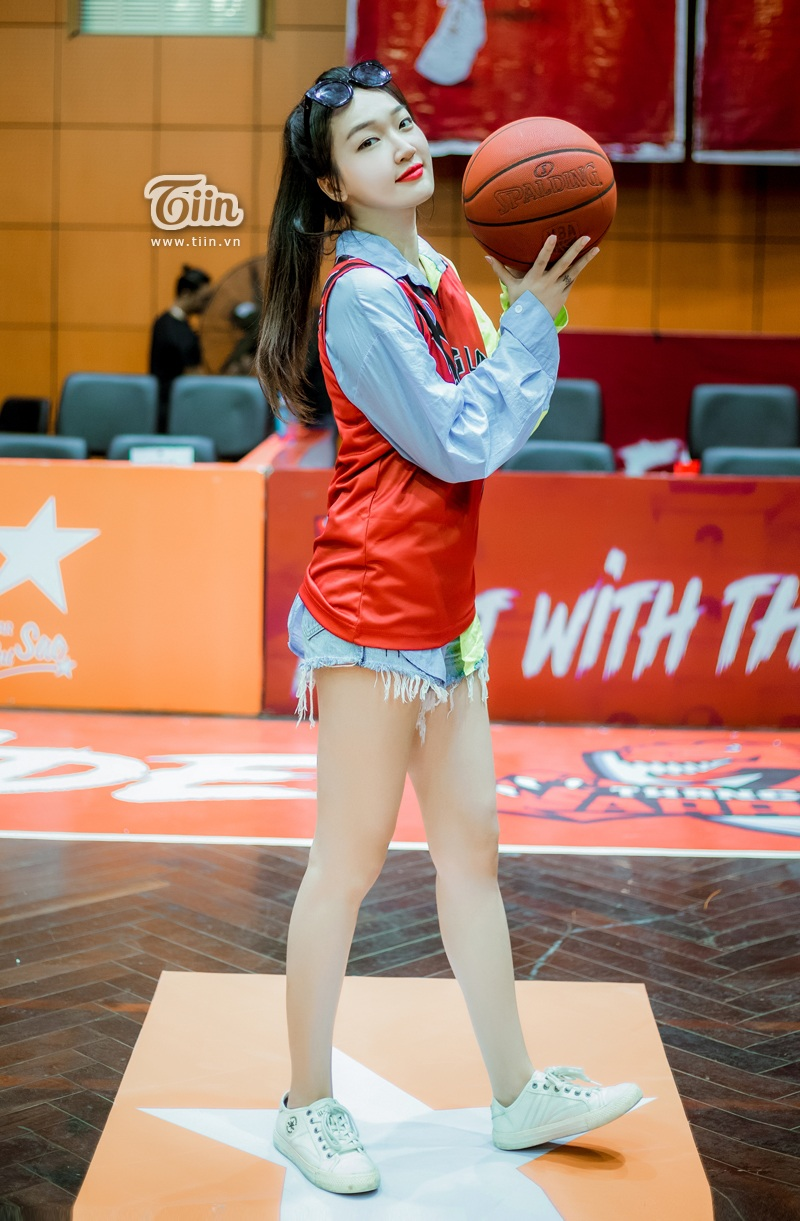 Bộ trang phục giúp Linh Sugarkhoe khéo đôi chân thon dài