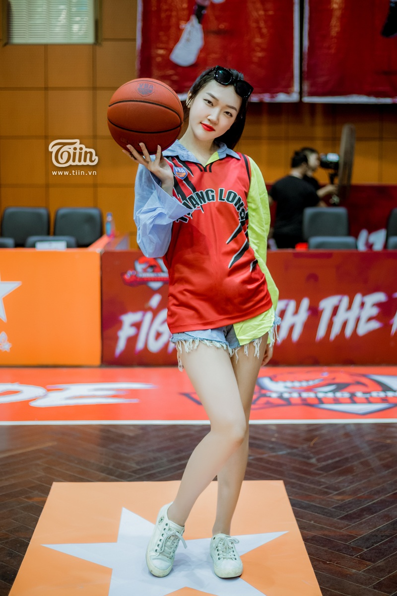 Linh Sugar - hotgirl 'Mỹ nhân chiến' khoe chân thon dài quyến rũ đi xem bóng rổ 6