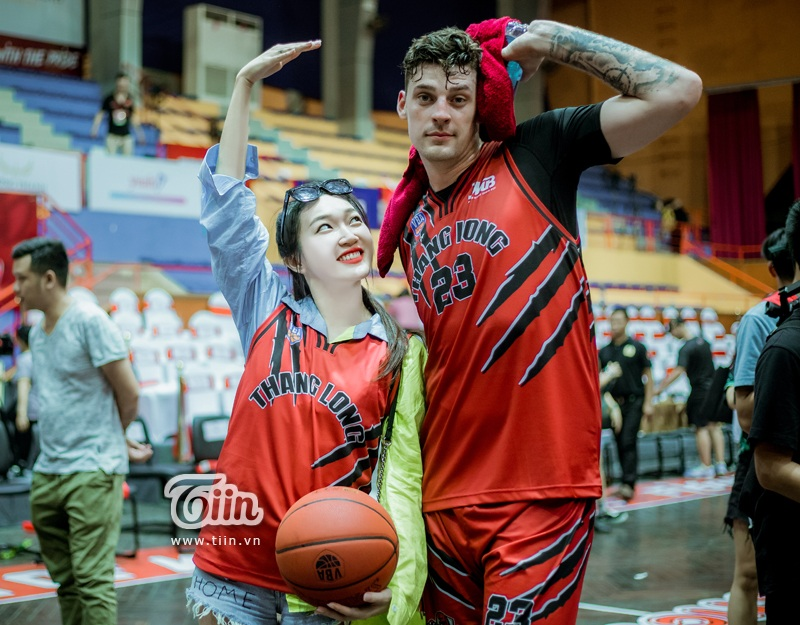 Linh Sugar - hotgirl 'Mỹ nhân chiến' khoe chân thon dài quyến rũ đi xem bóng rổ 9