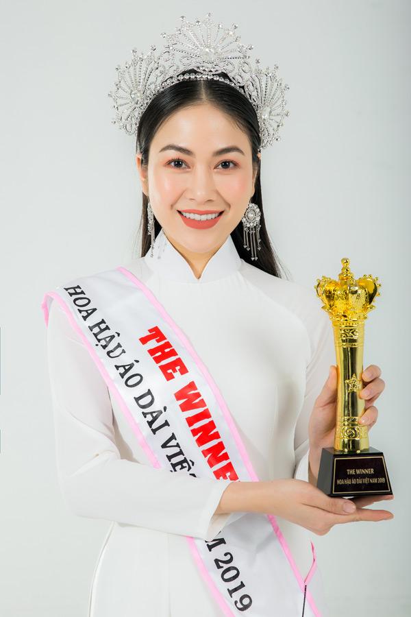 Tuyết Nga sinh năm 1991, tại Thanh Hoá, có chiều cao 1m70. Hiện cô là sinh viên chuyên ngành Thính phòng của Học viện Âm nhạc Quốc gia Việt Nam.