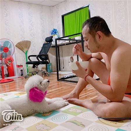 'Boss' tai hồng theo 'con sen' đi lấy chồng: Sen lập tức ra rìa, boss được bế đi rửa chân, ôm ấp ngủ cùng 3