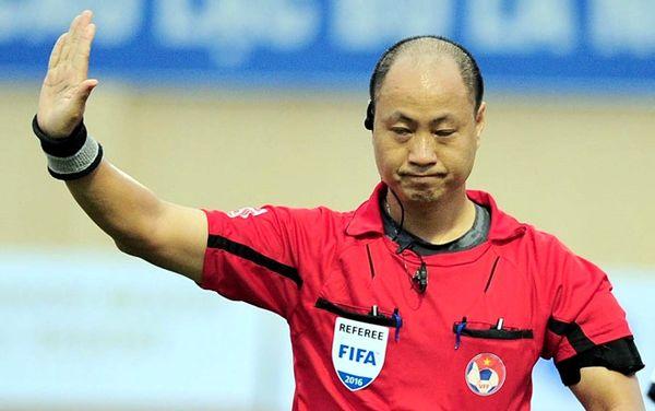 Trọng tài Hoàng Anh Tuấn đang hứng chịu sự chỉ trích từ các CĐV HAGL. (Ảnh của Zing)