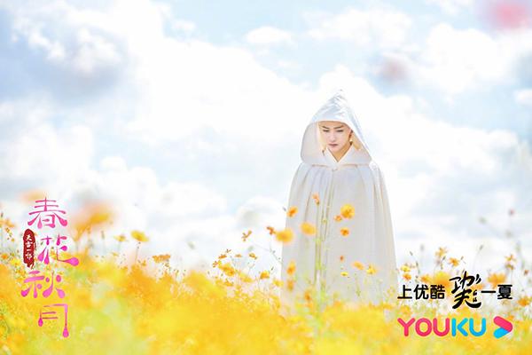 Thượng Quan Thu Nguyệt vớiáo trắng trùm đầu để che đi mái tóc bạc