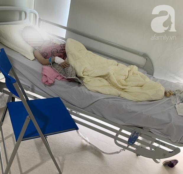 Bé gái đang phải điều trị tại bệnh viện