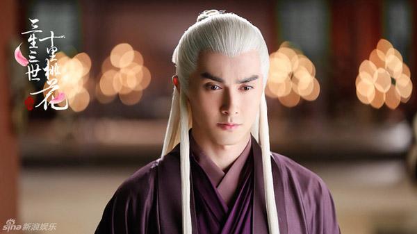 Tạo hình trang phục tím, mái tóc trắng dài đơn giản tăng thêm vẻ đạo mạo, bí ẩn cho vị thượng thần