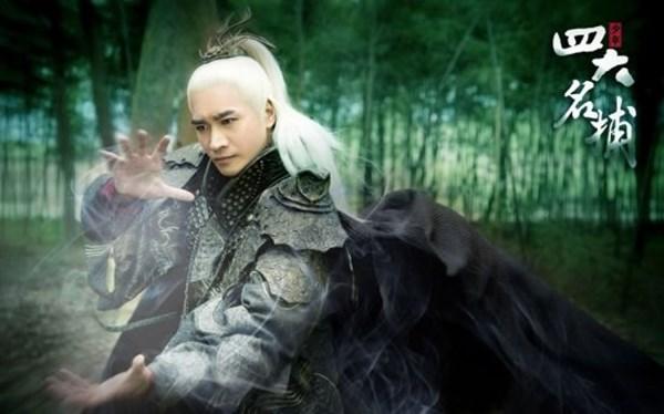 Mái tóc trắng là điểm nhấn của nhân vật phản diện An Thế Cảnh (Hà Thịnh Mịnh) trong Thiếu Niên Tứ Đại Danh Bổ.