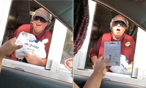 Nữ nhân viên cửa hàng thức ăn nhanh bất ngờ và vui mừng khi nhận được món quà. Ảnh: CBS News.