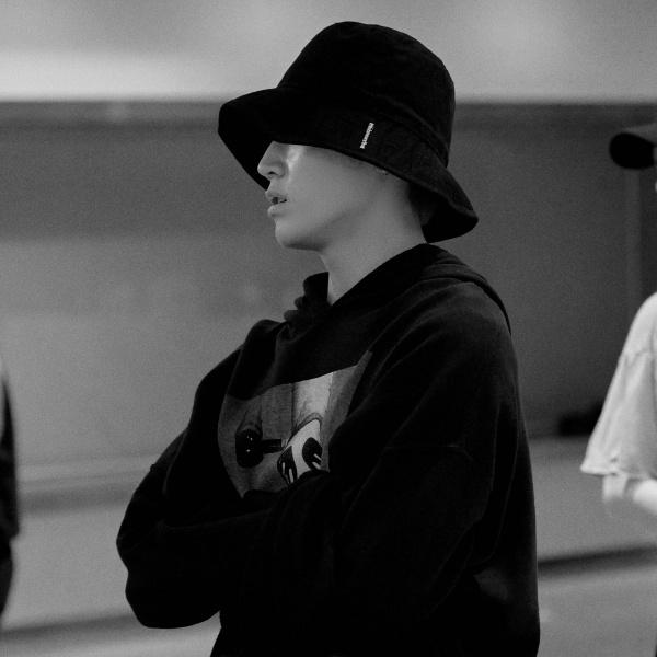 Dù trong không gian kín mít, tập luyện hùng hục cả ngày, Taeyong (NCT) vẫn quyết 'kín như bưng' từ đầu đến chân với nào mũ, nào hoodie.