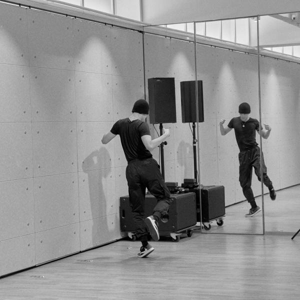 Được dự đoán sẽ đảm nhiệm vai trò center hoặc nhảy chính trong Super M, Kai hăng say tập luyện để có những bước nhảy thật uyển chuyển và ấn tượng.