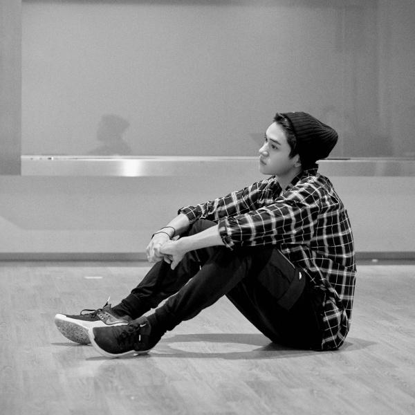 Lucas vẫn cuốn hút và điển trai như mọi khi, kể cả lúc anh chàng mệt mỏi ngồi thừ xuống sàn.