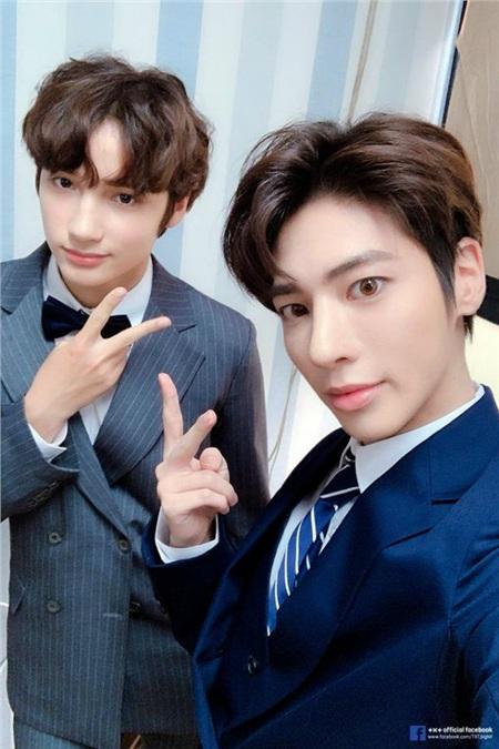 Hai cậu em út Taehyun và Huening Kai cũng không tránh khỏi đau mắt đỏ.