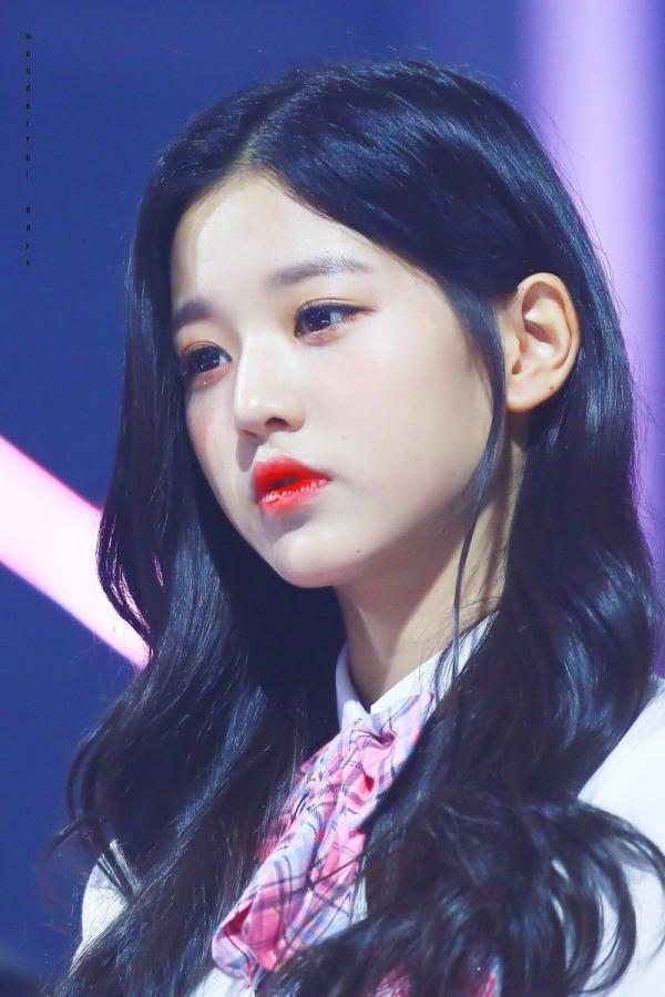 Được 'tâng bốc' hơn cả Irene, Jisoo, center của IZ*ONE lại khiến netizen 'hết hồn' vì mặt mộc đen nhẻm 0