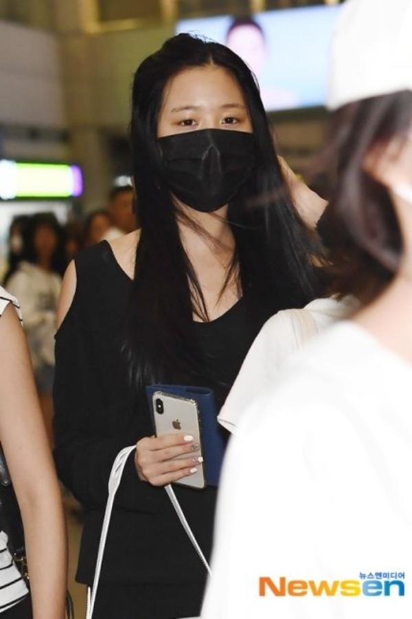 Được 'tâng bốc' hơn cả Irene, Jisoo, center của IZ*ONE lại khiến netizen 'hết hồn' vì mặt mộc đen nhẻm 3