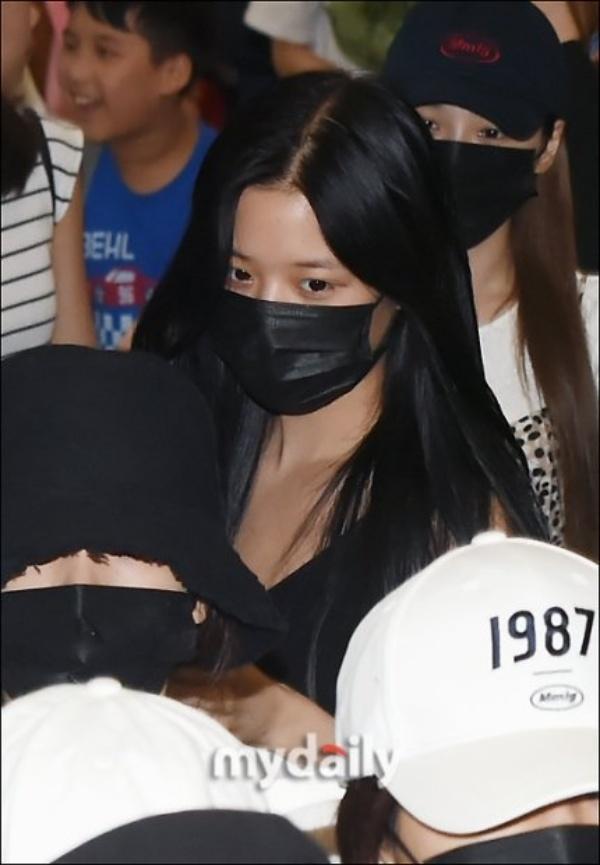 Được 'tâng bốc' hơn cả Irene, Jisoo, center của IZ*ONE lại khiến netizen 'hết hồn' vì mặt mộc đen nhẻm 4