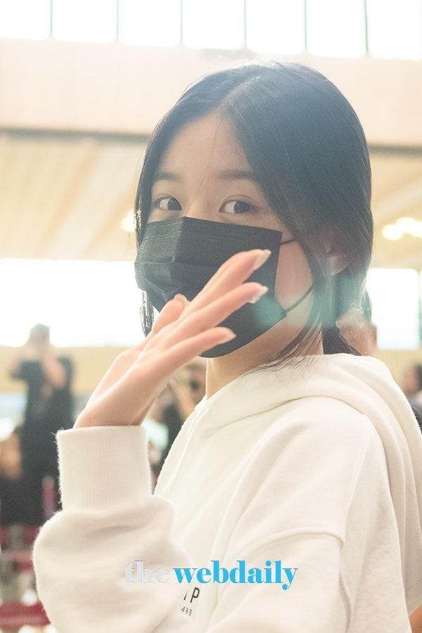 Được 'tâng bốc' hơn cả Irene, Jisoo, center của IZ*ONE lại khiến netizen 'hết hồn' vì mặt mộc đen nhẻm 5