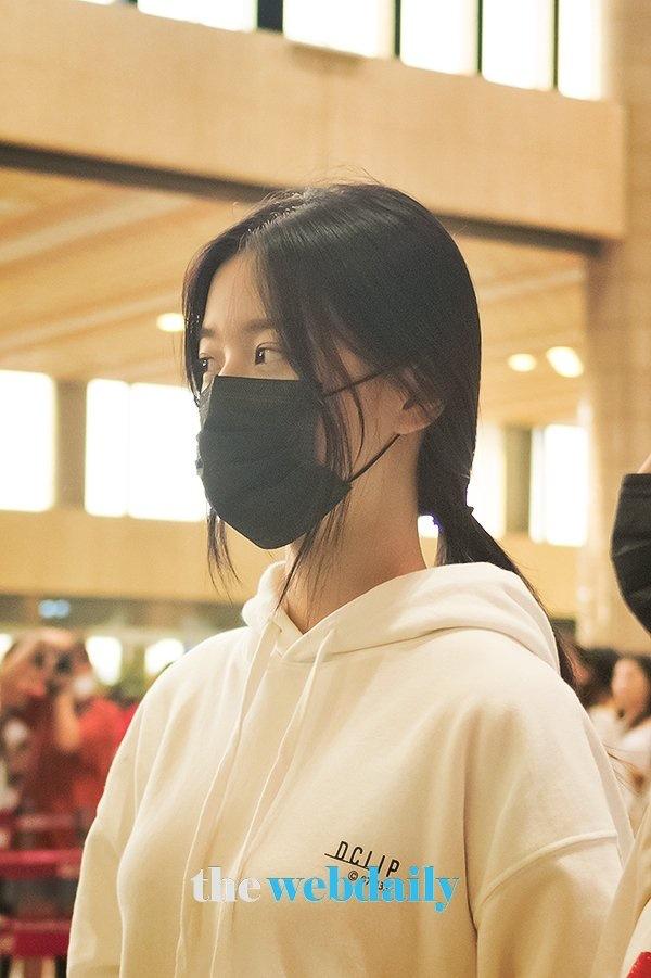 Trong loạt ảnh được chụp lại tại sân bay, các phóng viên còn sử dụng đèn flash nên hiệu ứng màu da càng bị tô đậm hơn. Songdù có sạm màu đi đôi chút vì mệt mỏi, làn da của Jang Won Young vẫn mịn màng đáng ghen tị.