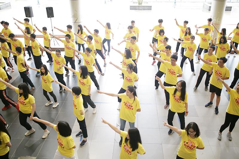 Sau hồi chuông tan học, các học sinh tụ hội tại sảnh lớn, chuẩn bị tham gia