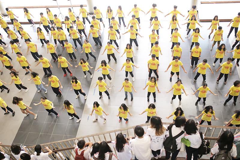 Có thể nói, sự kiệnđồng diễn đã giúp mỗi bạn học sinhthể hiện được sự năng động, nhiệt huyết của mình qua nhữngbước nhảy