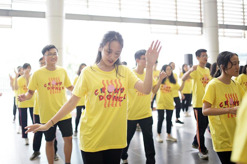 Đối với các học sinh mới vào trường, 'Crowd Dance' là nơi các em giao lưu, làm quen với những người bạn sẽ cùng sát cánh bên mình trong ba năm tới