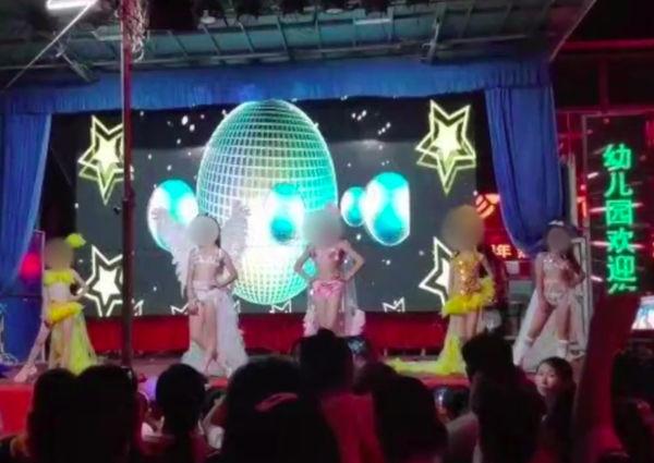 Các bé gái biểu diễn trên sân khấu trong trang phục bikini
