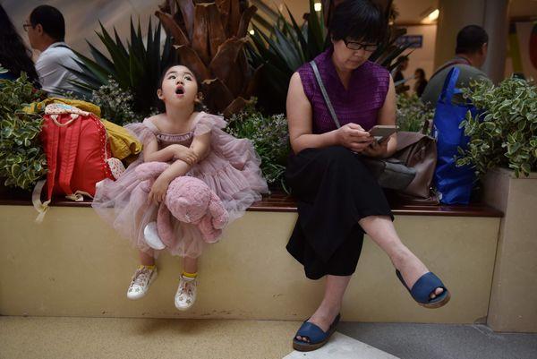 Bé gái cùng người thân trong gia đình đang chờ đến lượt để trình diễn.