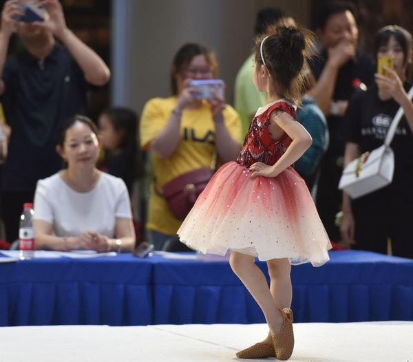 Đứng trước ban giám khảo, cô bé tự tin thể hiện khả năng tạo dáng.