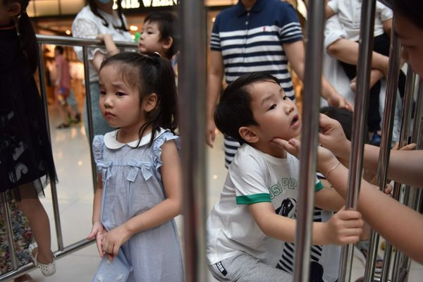 Cặp sinh đôi trai-gái Xiao Yumi và Xiao Yuki đang được cha mẹ trang điểm ở cánh gà.