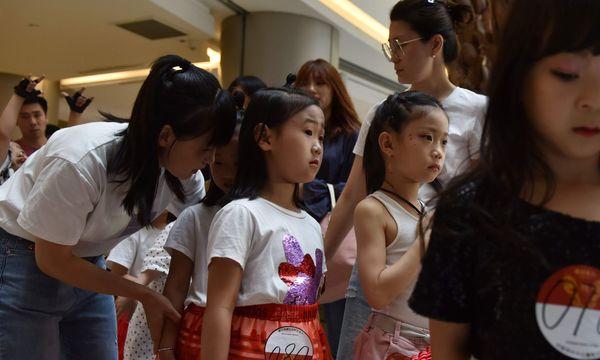 Hàng dài các thí sinh tham gia cuộc thi tìm kiếm người mẫu nhí cho một sự kiện thời trang.