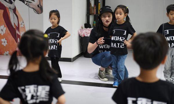 Giáo viên tại lớp đào tạo mẫu nhí Le Show Stars đang hướng dẫn các em dáng đi đứng.