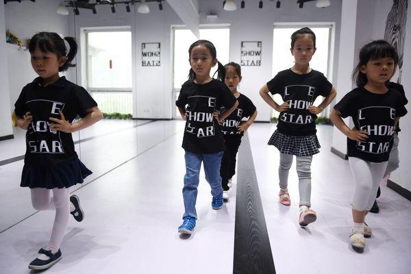 Nền công nghiệp người mẫu nhí tại Trung Quốc, nơi trẻ 4 tuổi phải làm việc 12 tiếng mỗi ngày 7