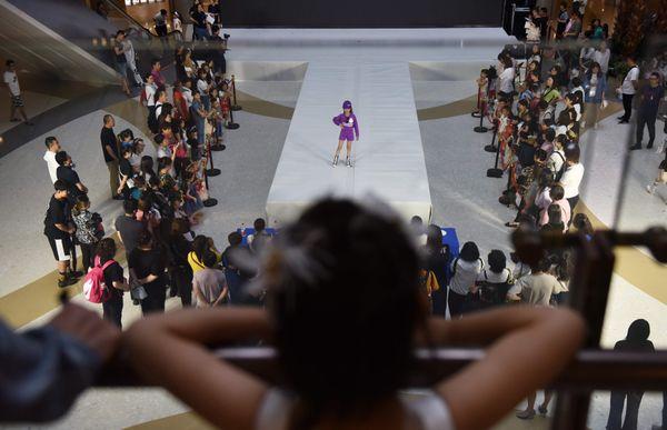 Vây xung quanh là ban giám khảo, khán giả cùng hàng loạt camera, máy ghi hình, những cô bé tự tin sải bước và bộc lộ cảm xúc lạnh lùng trên khuôn mặt.