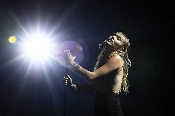Miley xúc động khi trình diễn Slide Away - ca khúc nói về Liam Hemsworth.
