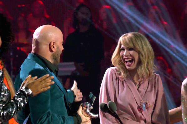 Giả dạng thành Taylor Swift đến VMAs, Drag Queen này đã 'được' trao nhầm giải quan trọng nhất trên sân khấu 0