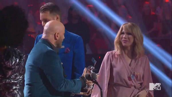 John Travolta trao giải của Taylor Swift cho Jade Jolie vì nhầm lẫn.