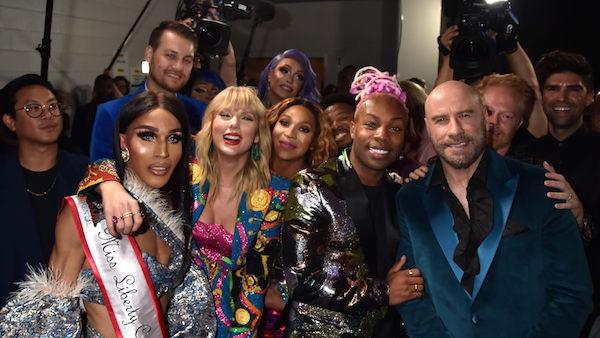 Ekip MV You Need To Calm Down và người trao giải John Travolta chụp ảnh trong hậu trường.