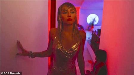Hậu chia tay Liam Hemsworth, Miley Cyrus buồn bã trong MV mới 'Slide Away', ngụ ý đã từ bỏ thói quen tiệc tùng 0