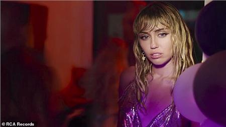 Miley Cyrus lộ ánh mắt buồn bã trong MV Slide Away.