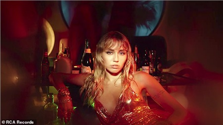 Nữ ca sĩ từ chối lời mời uống rượu trong MV mới, thể hiện hình ảnhlạc lõng giữa chống đông người.