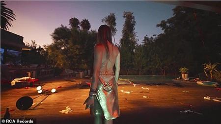 Hậu chia tay Liam Hemsworth, Miley Cyrus buồn bã trong MV mới 'Slide Away', ngụ ý đã từ bỏ thói quen tiệc tùng 3
