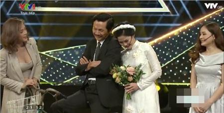 Bố Sơn và cô Hạnh bất ngờ 'tình tứ' trên sân khấuVTV Awards 2019.