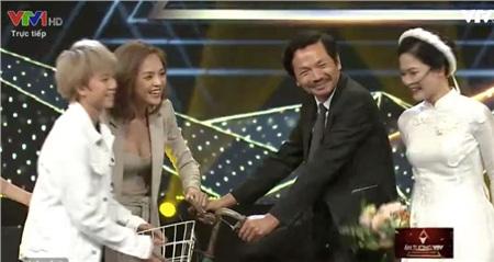 Cuối cùng fan 'Về nhà đi con' cũng thỏa lòng, bố Sơn và cô Hạnh về chung 1 nhà, sổ đỏ cũng về tay 1