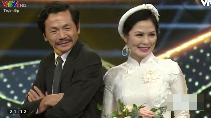 Bố Sơn và cô Hạnh rạng rỡ trong sự reo hò phấn khích của khán giả.