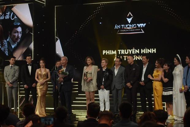 Ekip 'Về nhà đi con' trên sân khấu nhận giải 'Phim truyền hình ấn tượng'