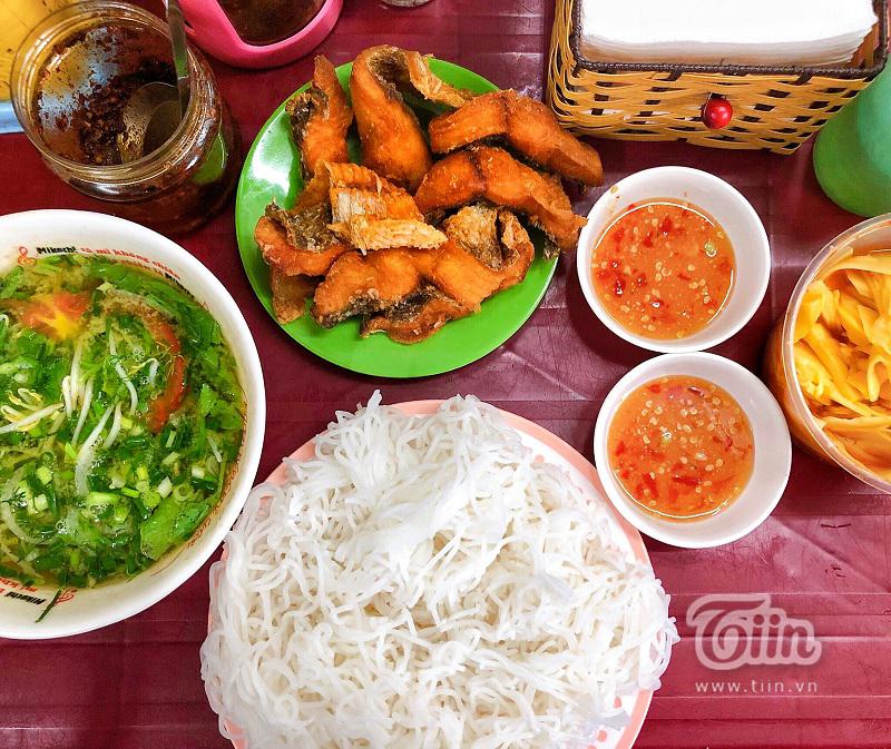 'Bún cá chấm gốc đa' tươi giòn ngon miệng, địa điểm được đánh giá bán bún cá ngon nhất Hà Nội 1