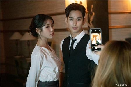 Đứng hình trước vẻ đẹp trai xuất sắc của Kim Soo Hyun tại hậu trường 'Hotel Del Luna' 0