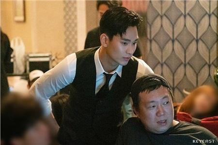 Đứng hình trước vẻ đẹp trai xuất sắc của Kim Soo Hyun tại hậu trường 'Hotel Del Luna' 9