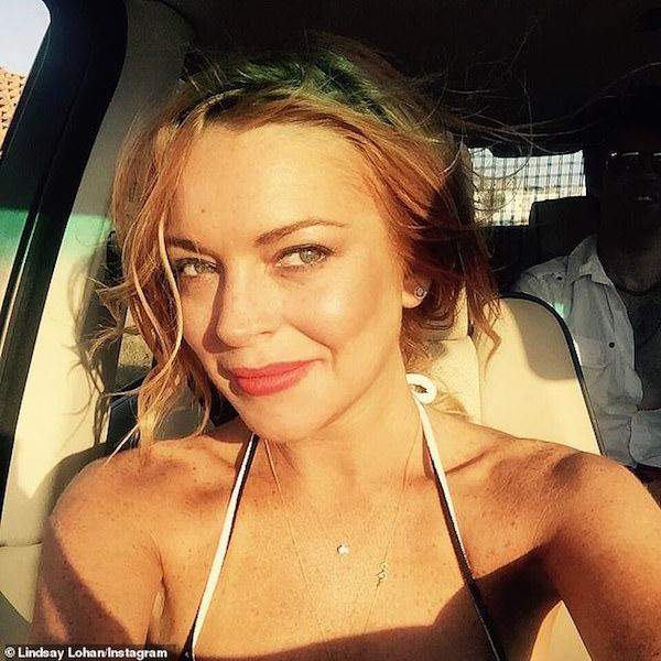 Thấy Liam Hemsworth giờ là trai độc thân, Lindsay Lohan bắt đầu vào 'thả thính' 0