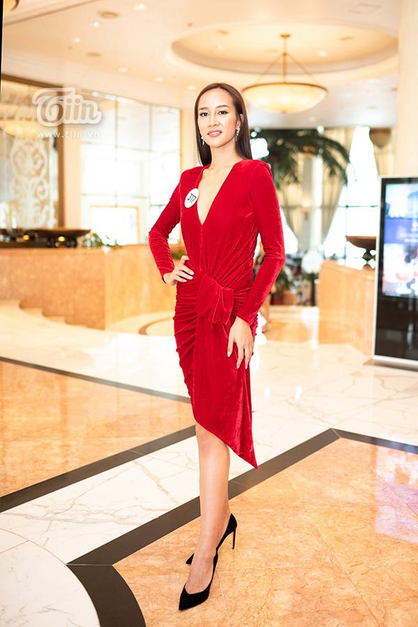 Thí sinh Nguyễn Thị Anh cao lên tới 1m83 cùng số đo ba vòng nóng bỏng 88 - 60 - 93, cô là gương mặt quen thuộc trong cuộc thi sắc đẹp. Trước đó, cô từng tranh tài tại cuộc thi Hoa hậu Hoàn vũ Việt Nam 2017.